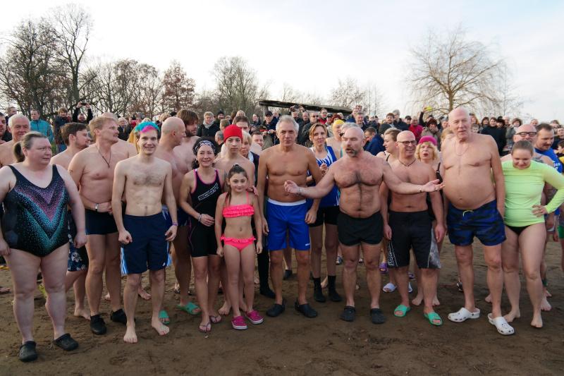 Neujahrsschwimmen 01.01.2016 in Duisburg an der Regattabahn